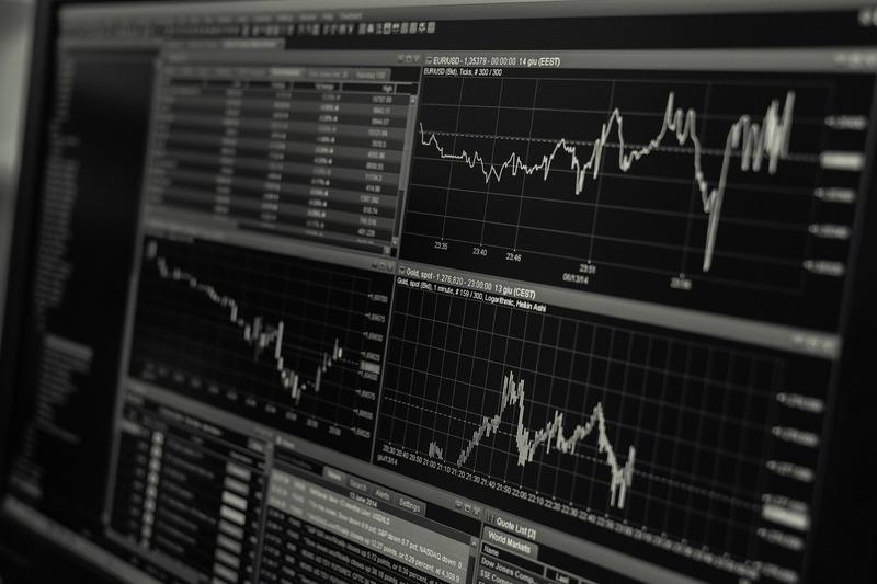 これから投資を始めるならオススメは?「株VS不動産」を比較